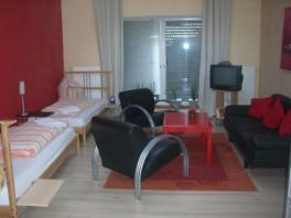 Wunderschöne Maisonettewohnung max. für 5 Pers. geeignet, ca. 70 qm, sehr gute Raumaufteilung, unten 1 Schlafzimmer mit TV, großes Bad, 2 Toiletten oben, offener Wohnraum mit Einbauküche u. Küchentheke