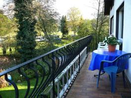 Balkon 1x DZ - getrennte Betten / 1x DZ - Ehebetten / Blick auf den Bach-Sülz