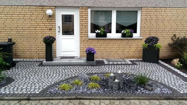 Von Uns Gestalteter Vorgarten Mit 3 Wassersäulen